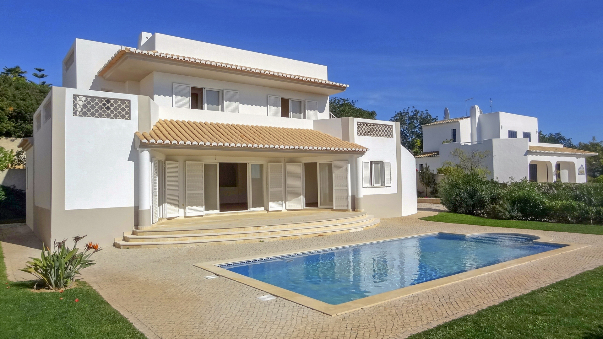 Brand New 3 Bedroom Villa on Secure Complex in Albufeira | S5129 3 bedroom villa on secure complex in Albufeira, with a private pool. It's located close to beaches, amenities and golf and it could have an excellent rental income.