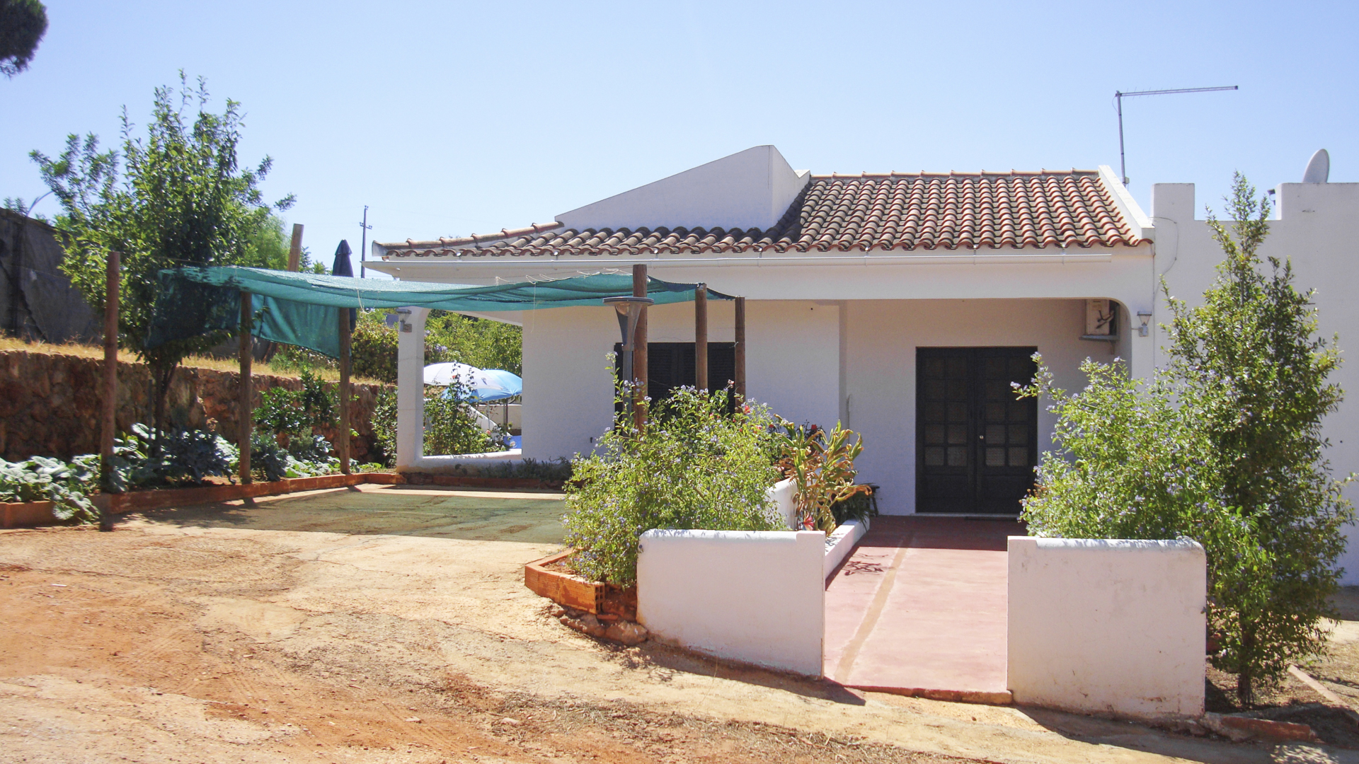 traditional 2 bedroom house, with warehouse, in vilamoura