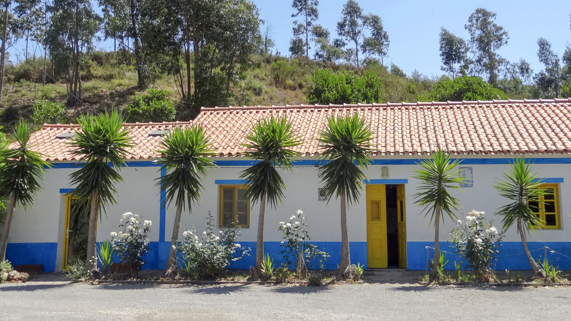 Traditional country house with lots of land near Marmelete, Monchique, West Algarve | S1957 A traditional three bedroom, renovated country house with lots of land, located near Marmelete, Monchique. The property is situated in an idyllic location with panoramic views and surrounded by nature.