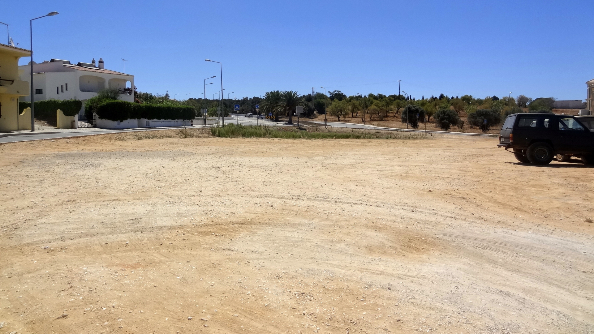 Incredible Opportunity - Plot of Land with Building Permission in Town Center of Guia | VM682 Plot with  over 3200m², with building permission for apartment block, in the center of Guia. Close to all amenities. Very close to several beaches and Salgados Golf Course.