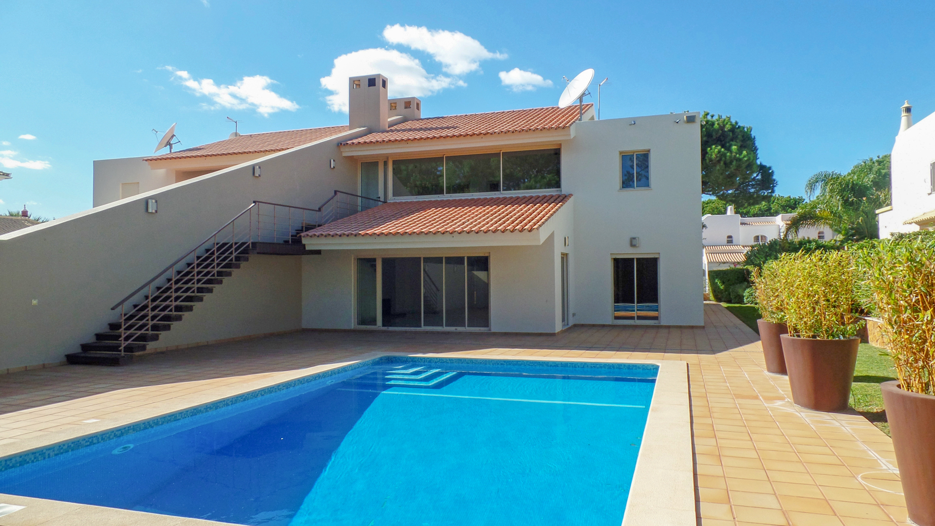 Deluxe 3 Bed Villa with Pool, on the outskirts of Vilamoura | VM740 This 3 bedroom villa with pool was renovated in 2007 and it's the perfect place for permanent living or holidays. It's located very close to Quarteira and Vilamoura, with all amenties, as well as beaches.