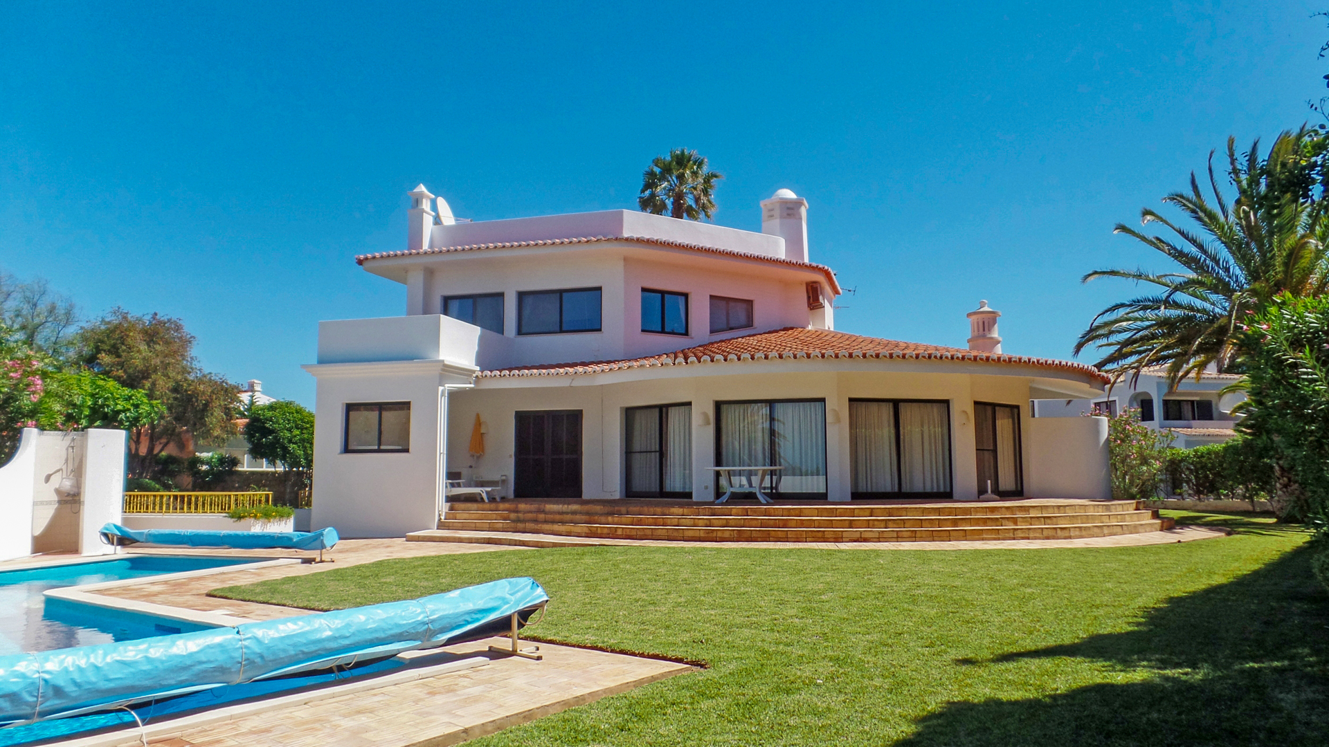 3+1 bedroom villa with pool and sea view close to the beach carvoeiro algarve