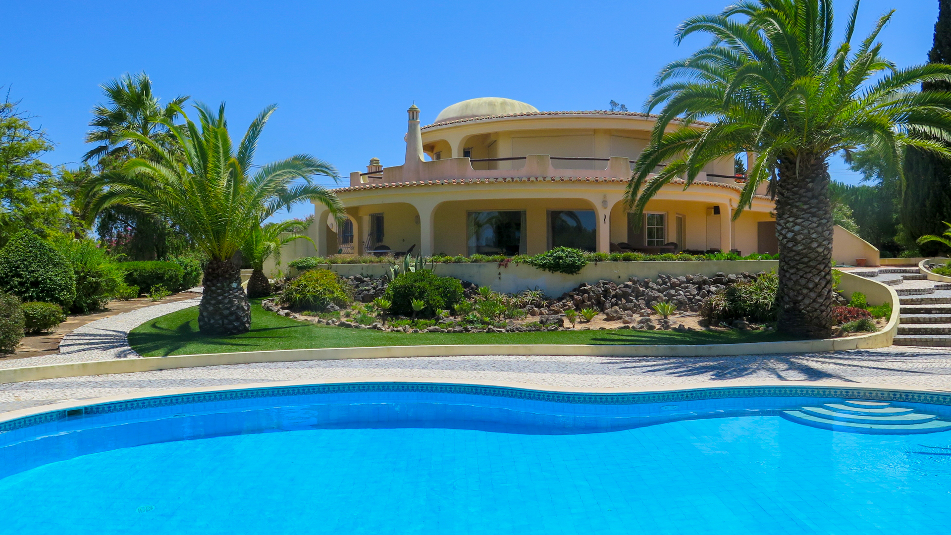 3+1 bedroom Moorish designed villa, near beaches and Carvoeiro, Lagoa, West Central Algarve | VM904 4 bedroom moorish style villa with pool, near Carvoeiro and Lagoa. It has an excellent location, close to beaches, golf and amenities, and it's perfect for permanent living or holidays.
