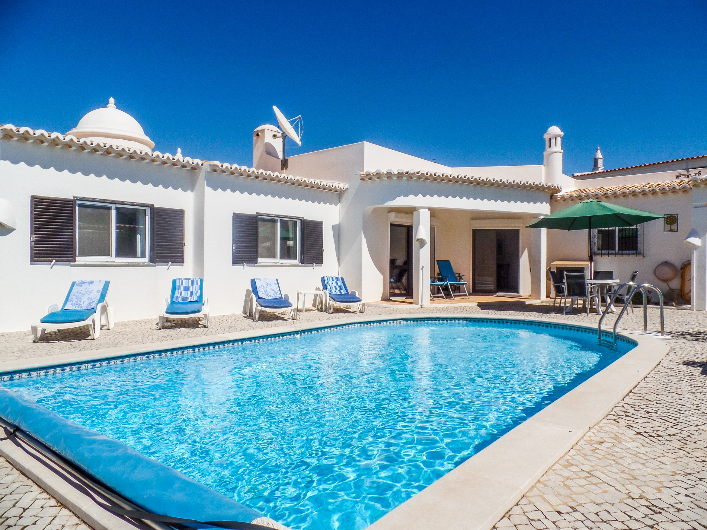 3 bedroomed Villa in a quiet location, Sesmarias, near Carvoeiro – West Central Algarve | VM910 3 bedroom villa with pool and distant sea view, in Sesmarias, near Carvoeiro. The property has a beautiful garden and plenty of space outside to relax and several separate alfresco dining areas.