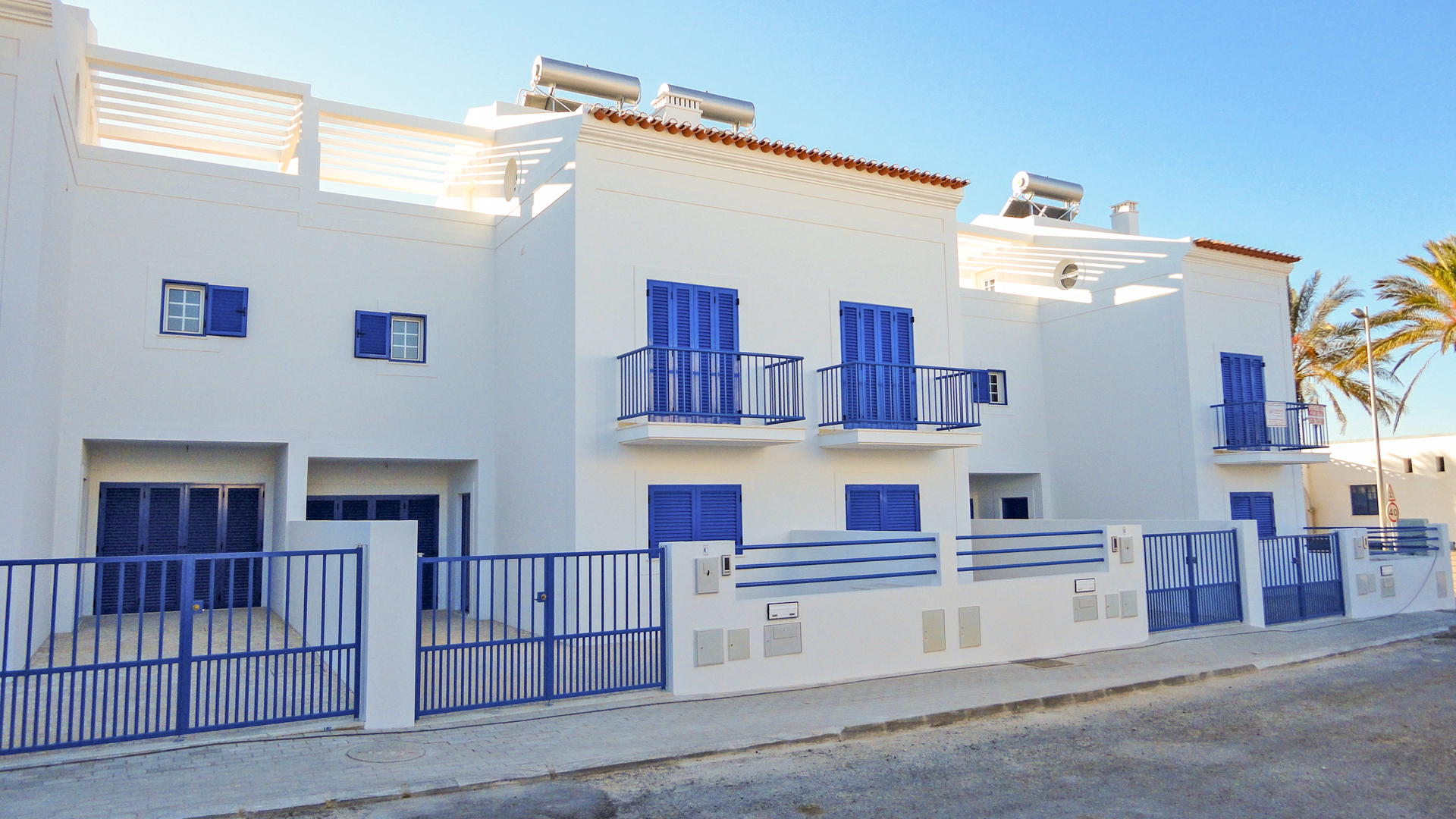 Front Line Sea View Brand New Linked Houses in a Typical Village, Manta Rota | ST1740 New villas on the front line of Manta Rota beach, with several balconies and terraces and spacious rooms. Great for holidays or even permanent living.