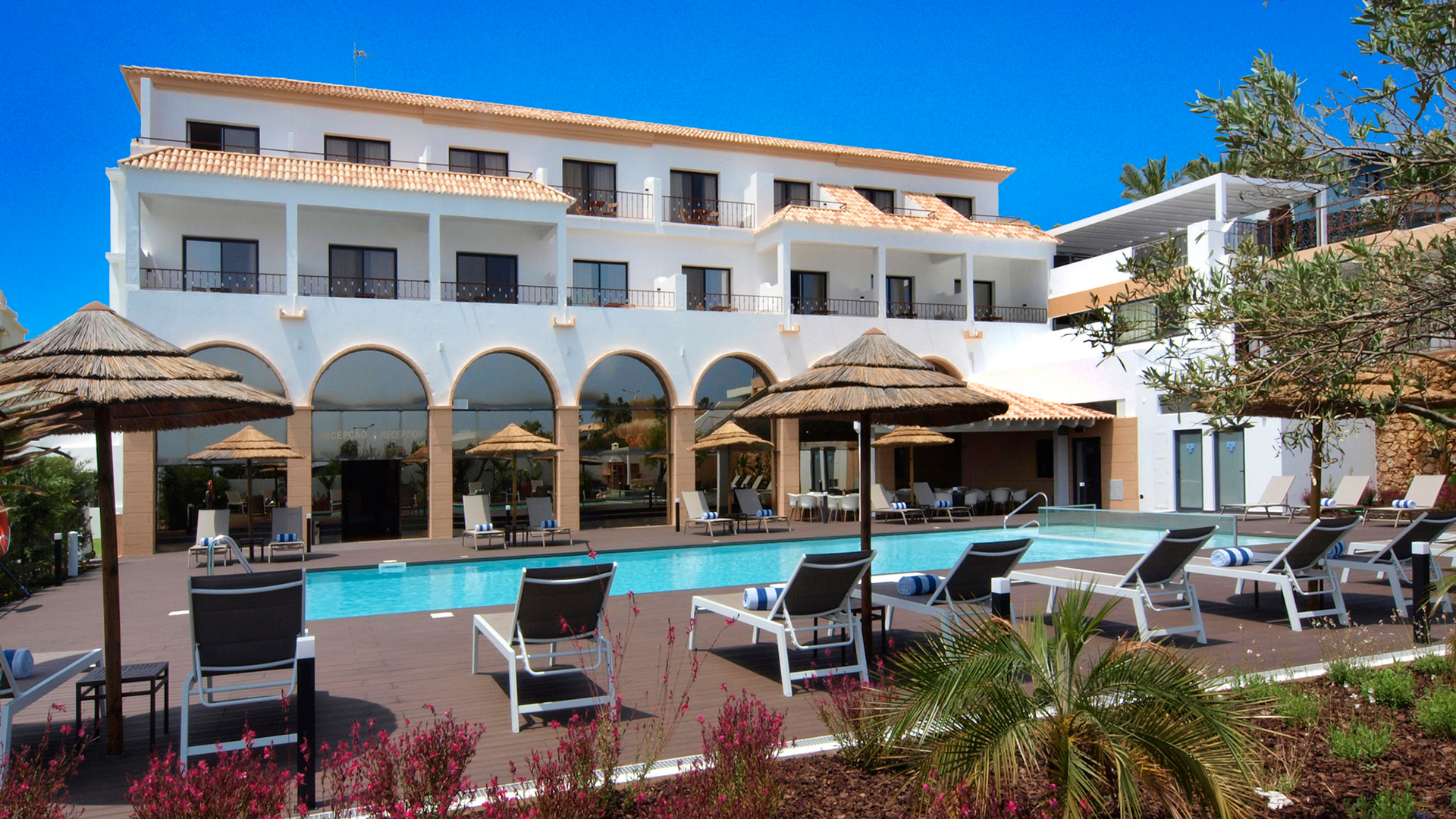 Investment opportunity for Touristic use, near Lagos, West Algarve | LG940 An investment opportunity to purchase an 18 room hotel in a sought after area of Lagos, within 400m of the beach at Porto do Mós.