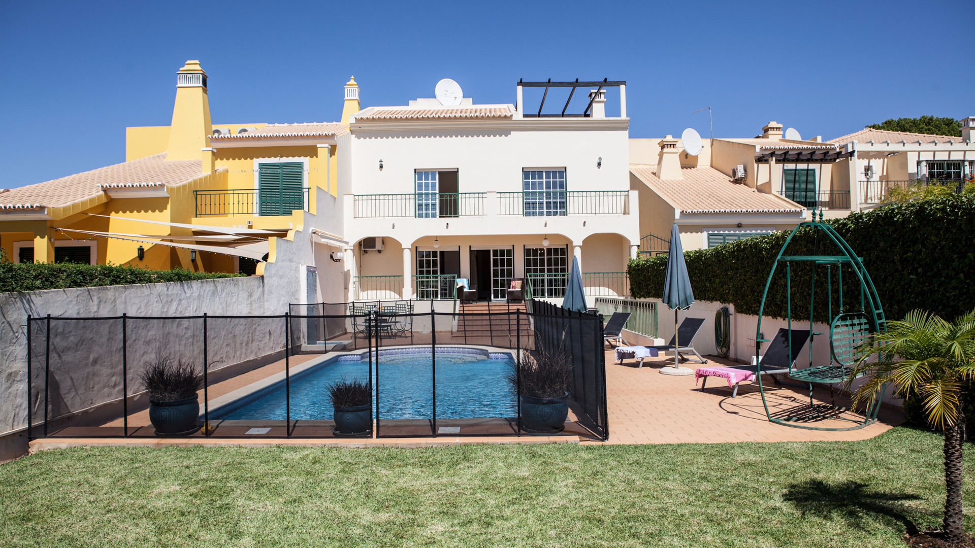 3 Bedroom Townhouse with Private Pool, near Golf Courses and Marina, Vilamoura | PRB023 This 3 bedroom townhouse is located in Vilamoura, close to golf courses, amenities, marina and beaches. It has also a private pool and it's perfect for permanent living or holidays.
