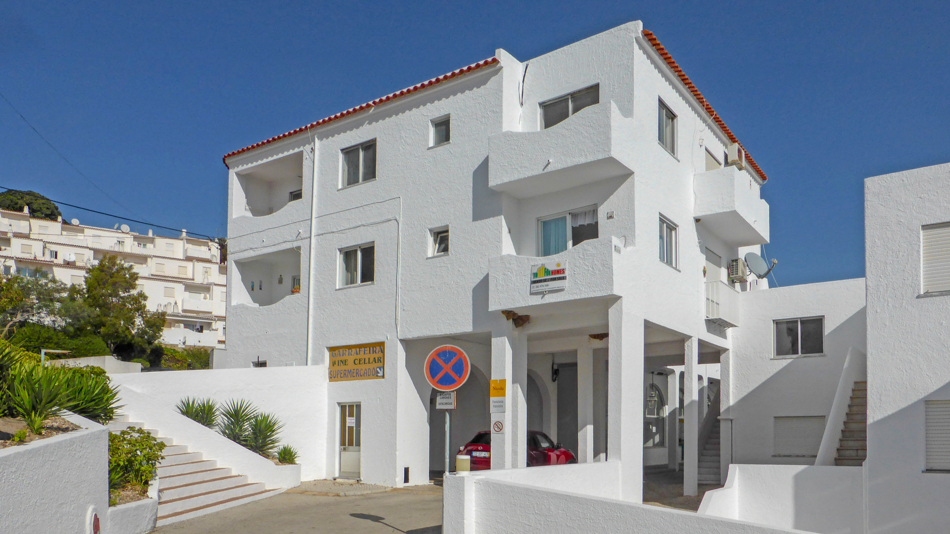 3 bedroom apartment with communal pool, close to beach, Salema, West Algarve | LG960 A 3 bedroom first floor apartment with communal pool and sea views located in a central position close to amenities and within walking distance of Salema beach in the West Algarve.