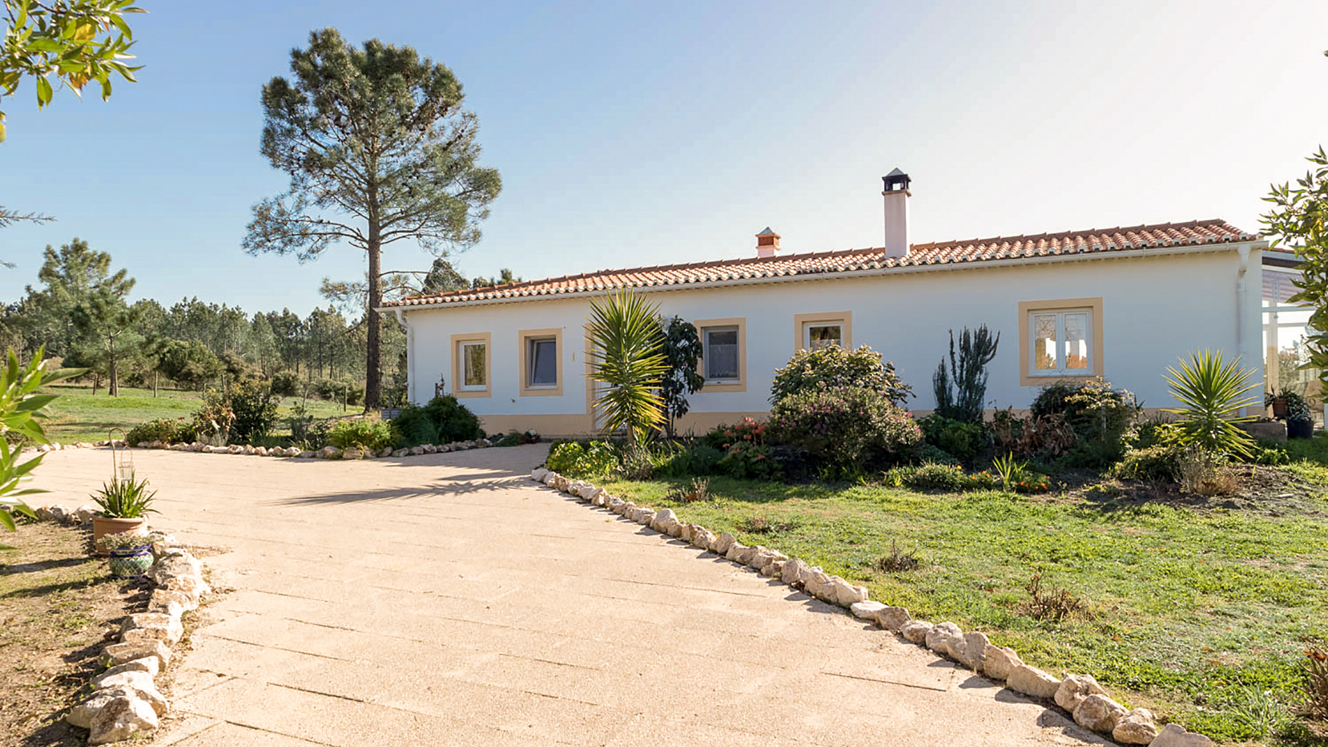 2 Bedroom country house + guesthouse, stables and paddocks, Near Rogil / Aljezur, West Coast | LG987 A two bedroom country house with guesthouse, stables and paddocks, on a 3.5 hectare plot near to Rogil, Aljezur within the South west Alentejano Natural Parque. The ideal property for nature lovers with potential for flexible accommodation if desired. A comfortable home for permanent residence or holidays due to its proximity to some wonderful beaches.