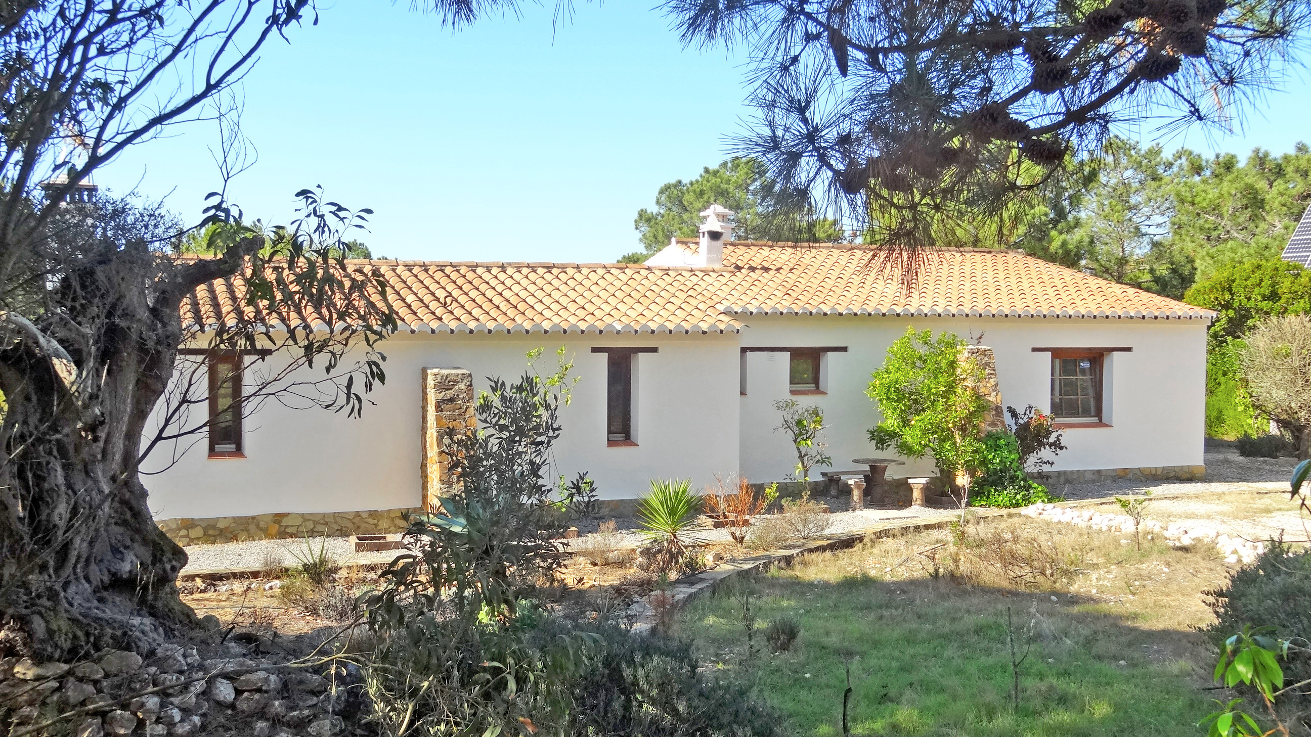 2 bedroom country house on huge plot in spectacular location 250m from sea, Rogil, West Coast  | LG989 This private 2 bedroom country house, sits on a large plot of over 9 hectares within the South west Alentejano Natural Parque within walking distance of a beautiful west coast beach. The house is renovated in the traditional Algarve style, totally self-sufficient and has a borehole, water tank and natural pond, providing plenty of irrigation and water to the property. A true 'country escape'.